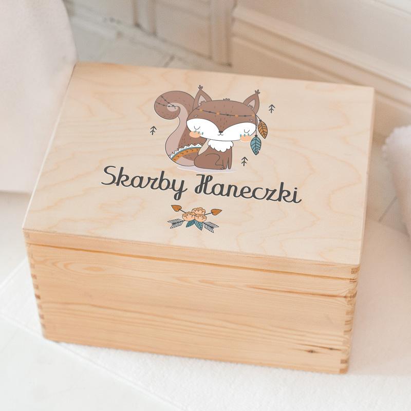 Drewniana skrzynka na zabawki dziecka z personalizowaną dedykacją Skarby + imię dziecka oraz motywem z uroczą wiewióreczką.