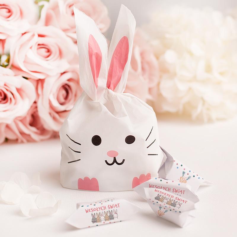 Woreczek z krówkami, w kolorowych papierkach. Opakowanie przypomina zająca, ma długie uszy. Słodycze na Wielkanoc.