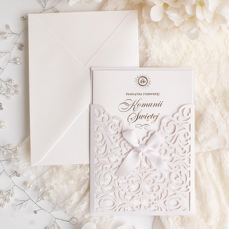 Elegancka kartka z życzeniami na I komunię z ażurową kieszonką i złoconym napisem na