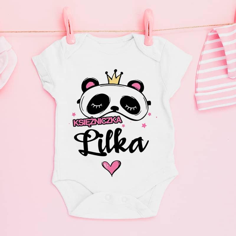 Białe body dla dziewczynki z nadrukiem w różowym kolorze. Z przodu znajduje się napis księżniczka + imię oraz wizerunek pandy w koronie.