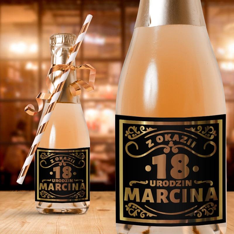 Etykiety na mini buteleczki idealnie sprawdzą się jako gadżet urodzinowy. Są w czarnym kolorze, z efektownym złoceniem.
