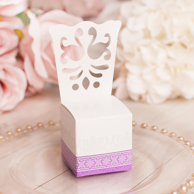 Pudełeczka z bilecikami w kształcie krzesełek w białym kolorze, z ornamentowym wzorem.