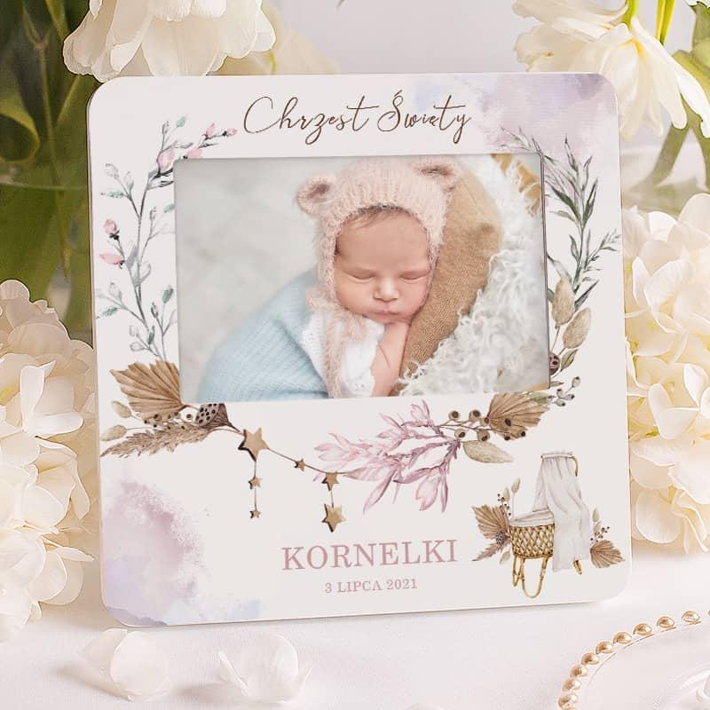 Personalizowana ramka na zdjęcie z imieniem dziecka datą i napisem nad zdjęciem Chrzest Święty.