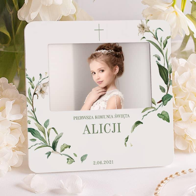 Ramka na zdjęcie z delikatnymi liliami i napisem I Komunii Świętej. Prezent dla dziecka.