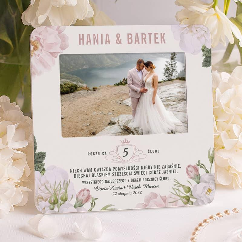 Ramka na zdjęcie małżonków, prezent na rocznicę ślubu z życzeniami i podpisem, a także imionami małżonków.