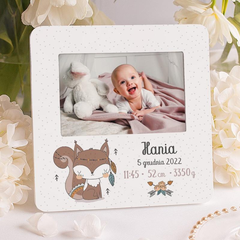 Personalizowana ramka na zdjęcie z imieniem, metryczką i dekorację w postaci wiewióreczki. Podarunek na narodziny dla dziewczynki.