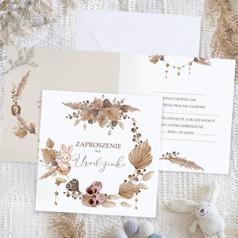Komplet zaproszeń na urodzinki dziecka z motywem wianka z suszonych kwiatów. W środku znajduje się tekst do uzupełnienia i cytat.