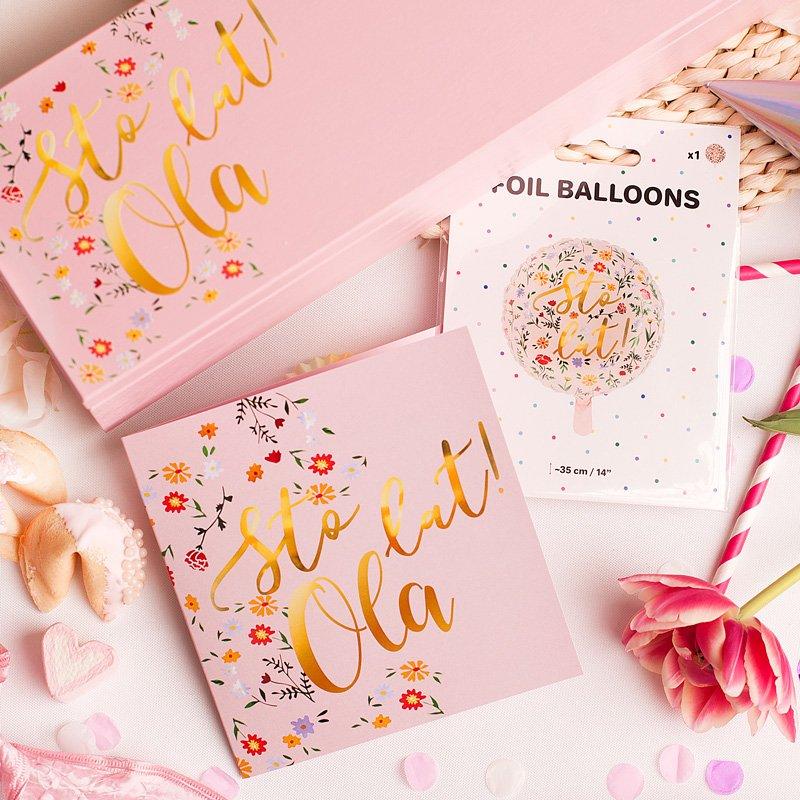 Zestaw gadżetów na urodziny dla niej. Różowe pudełko, kartka i balon.