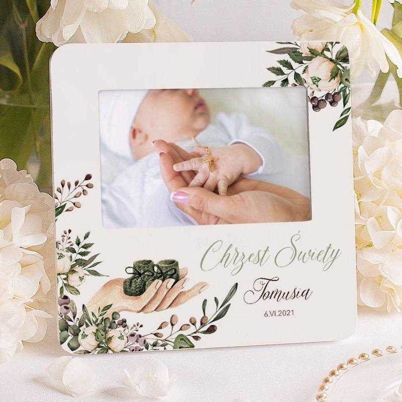 Personalizowana ramka na zdjęcie, na pamiątkę chrztu świętego, z imieniem i datą chrztu i zdobieniem w kwiaty i dziecięce buciki.