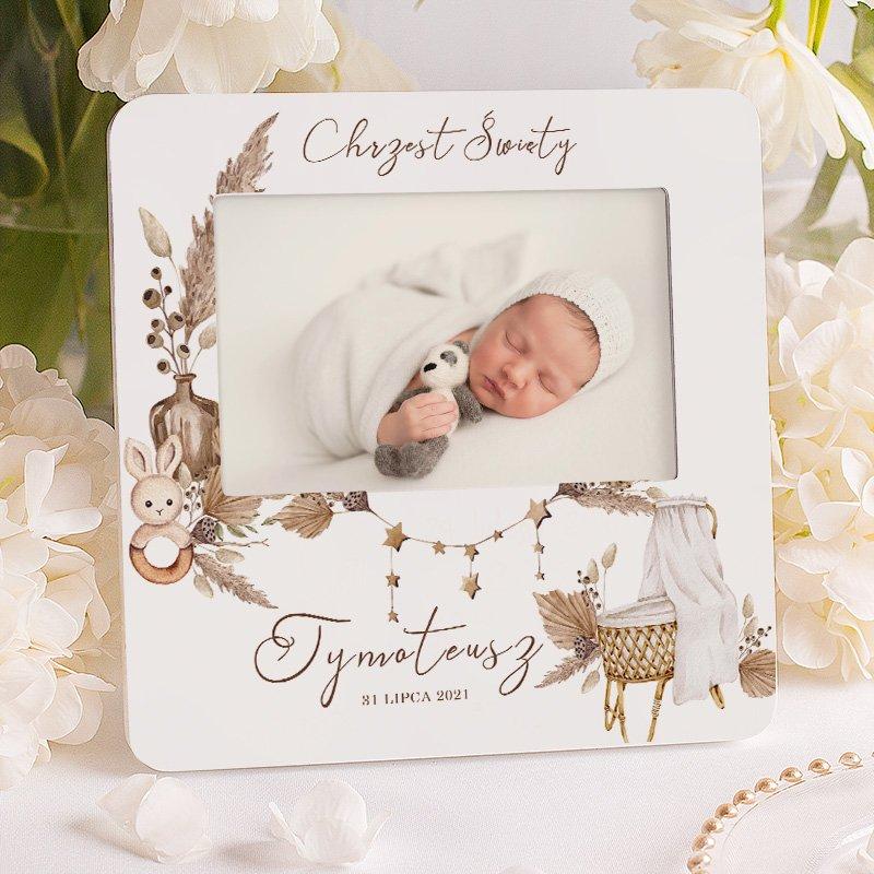 Personalizowana ramka na zdjęcie dziecka z napisem Chrzest Święty, imieniem i datą.