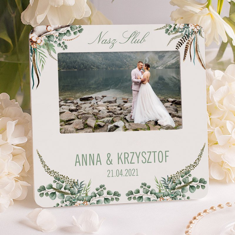Personalizowana ramka na fotografię ślubną z dedykacją dla młodej pary. Z imionami i datą ślubu oraz kwiatami w stylu boho.