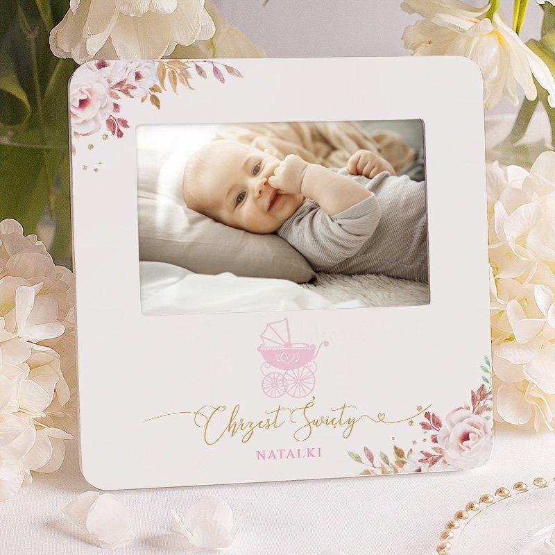 Ramka na zdjęcie dziewczynki w pięknej kolorystyce. Wzbogacona o grafikę wózeczka i różowe kwiaty. Wyjątkowy prezent na Chrzest Święty.
