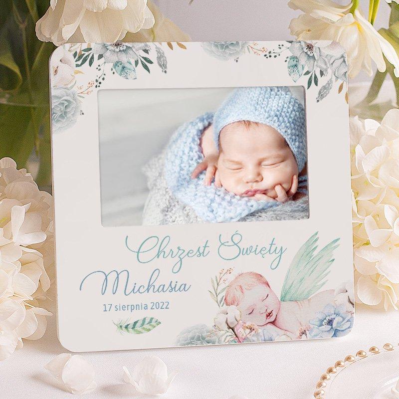 Personalizowana ramka na zdjęcie z chrztu chłopca. Na ramce znajdują się niebieski kwiaty, śpiący chłopiec, imię oraz data uroczystości.