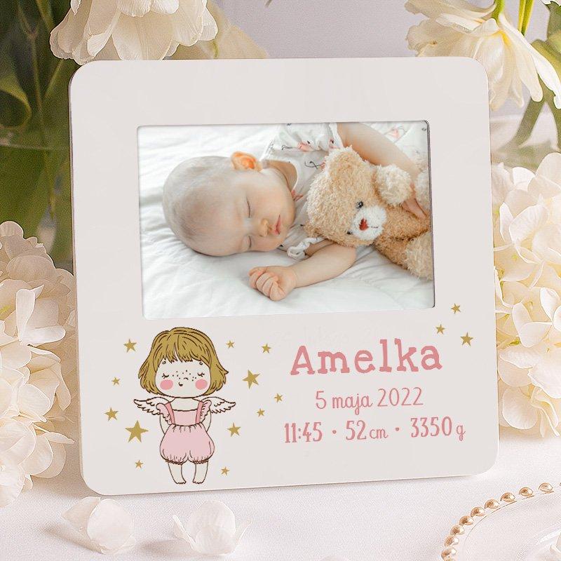 Personalizowana ramka foto z metryczką na zdjęcie dziewczynki i z dziewczynką aniołkiem na ramce, pod miejscem na zdjęcie.