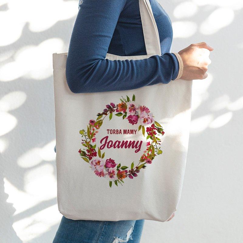 Torba materiałowa na zakupy z imieniem mamy i kwiatowym wiankiem.