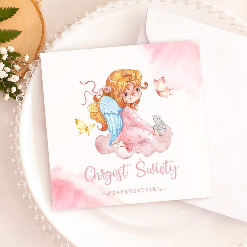 Zaproszenia uniwersalne na Chrzest w białym kolorze, z piękną grafiką aniołka. Zachowane w jasnej kolorystyce, z różowym zdobieniem.