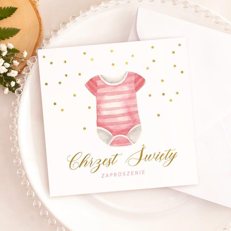 Zaproszenia na Chrzest Święty dziewczynki z motywem dziecięcego, różowego body. Idealny sposób, aby zaprosić gości.