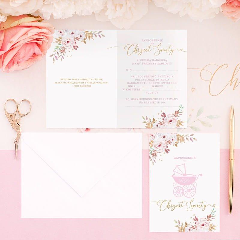 Piękne zaproszenia na Chrzest dziewczynki z różowym zdobieniem i grafiką wózka. Wewnątrz znajduje się gotowy tekst do samodzielnego wypisania.