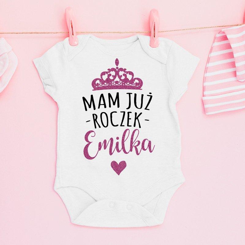 Body personalizowane dla dziewczynki z napisem mam już roczek i różową koroną.