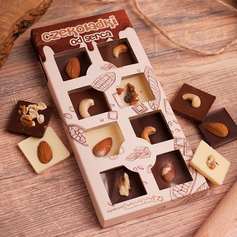 Czekoladki od serca zapakowane przez swistakpakuje.pl z czekoladkami w trzech smakach i różnymi gatunkami orzechów. Ozdobne opakowanie.