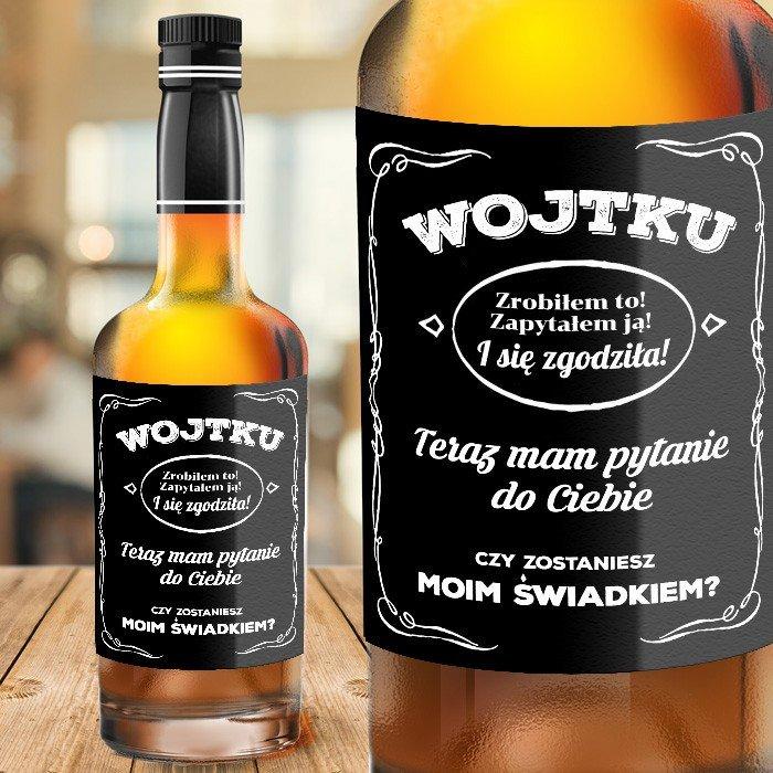 Etykieta na alkohol z imieniem i pytaniem do świadka. Czarne tło z napisami.