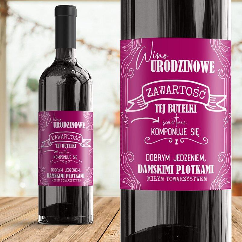 Etykieta na wino urodzinowa z życzeniami na różowym tle.