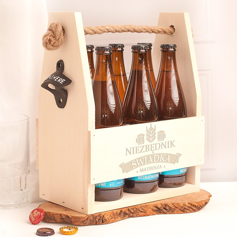 Nosidło z otwieraczem na piwo wykonane z jasnego drewna. Na zewnętrznej stronie znajduje się dedykacja dla świadka.