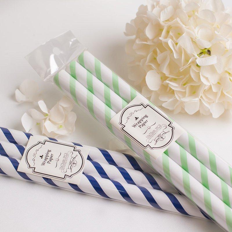 Papier do pakowania prezentów w paski, w dwóch kolorach do wyboru - miętowym lub niebieskim. W opakowaniu są 3 rolki.