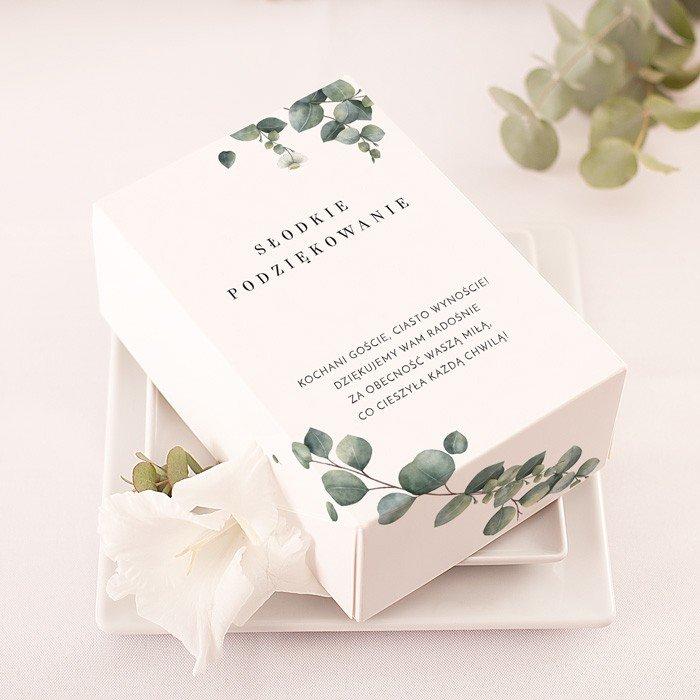 Opakowania na ciasto w białym kolorze, z grafiką eukaliptusa i nowoczesnymi napisami. Idealny dodatek na każde przyjęcie.
