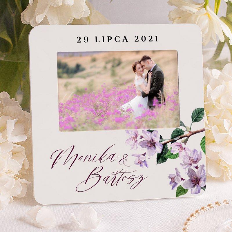 Personalizowana ramka na zdjęcie z imionami i datą ślubu, a także dekoracyjnym motywem z liliową gałązką.