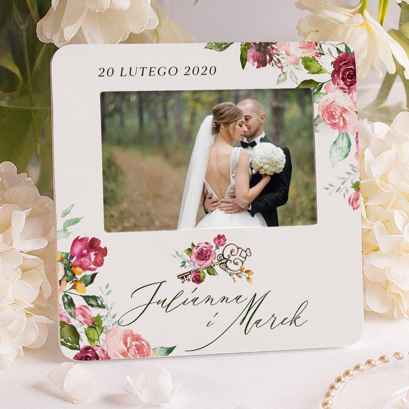 Personalizowana ramka na zdjęcie ślubne z datą i imionami pary w środku kwiatowych kompozycji.