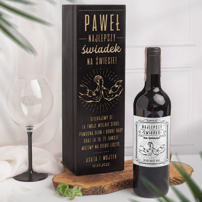 Zestaw skrzynka na wino i etykieta podziękowanie dla świadka.