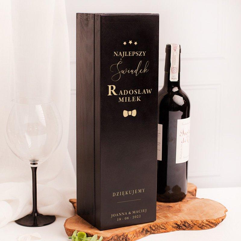 Czarna skrzynka na wino z grawerowanym napisem i dedykacją dla świadka. Opakowanie na prezent podziękowanie dla świadka.