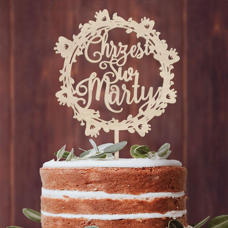 Okrągły topper na tort z imieniem i napisem chrzest święty w wianuszku.
