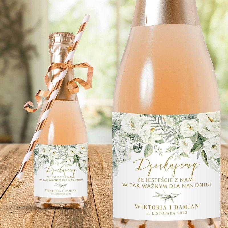 Etykiety na mini szampany podziękowanie dla weselników z imionami pary młodej i datą ślubu.