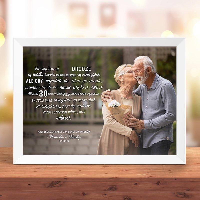 Plakat na rocznicę ślubu wykonany z wysokiej jakości papieru. Plakat ze zdjęciem i życzeniami.
