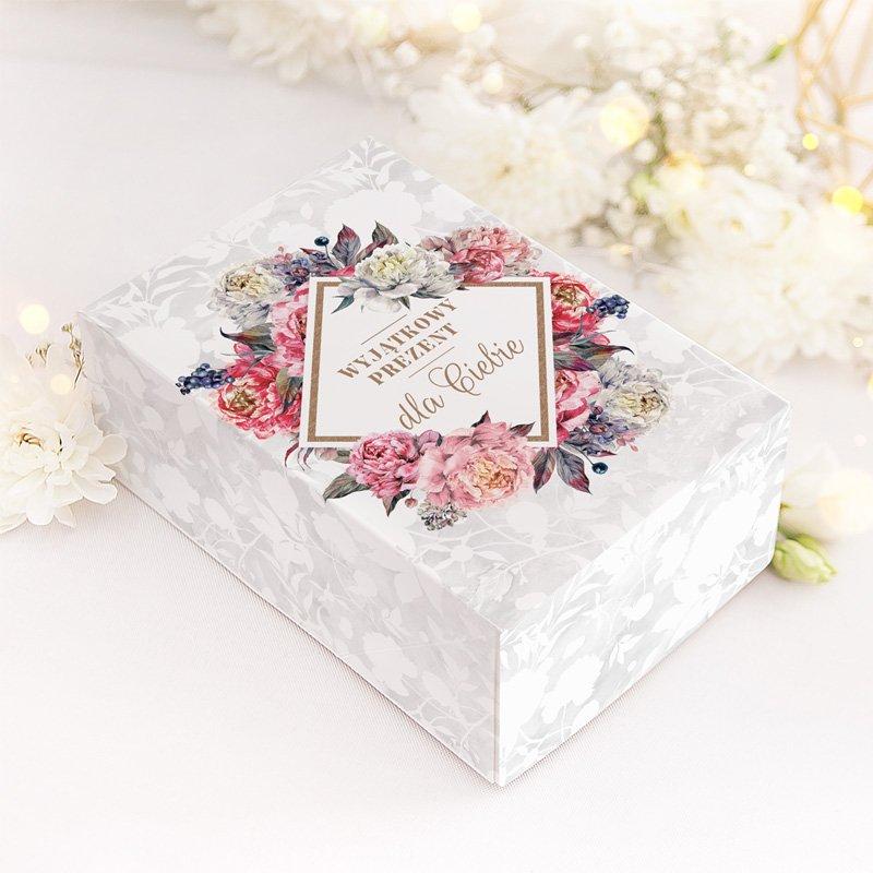 Pudełko prezentowe dla kobiety z kwiatowym motywem i ozdobnym napisem. Idealny dodatek do prezentu.