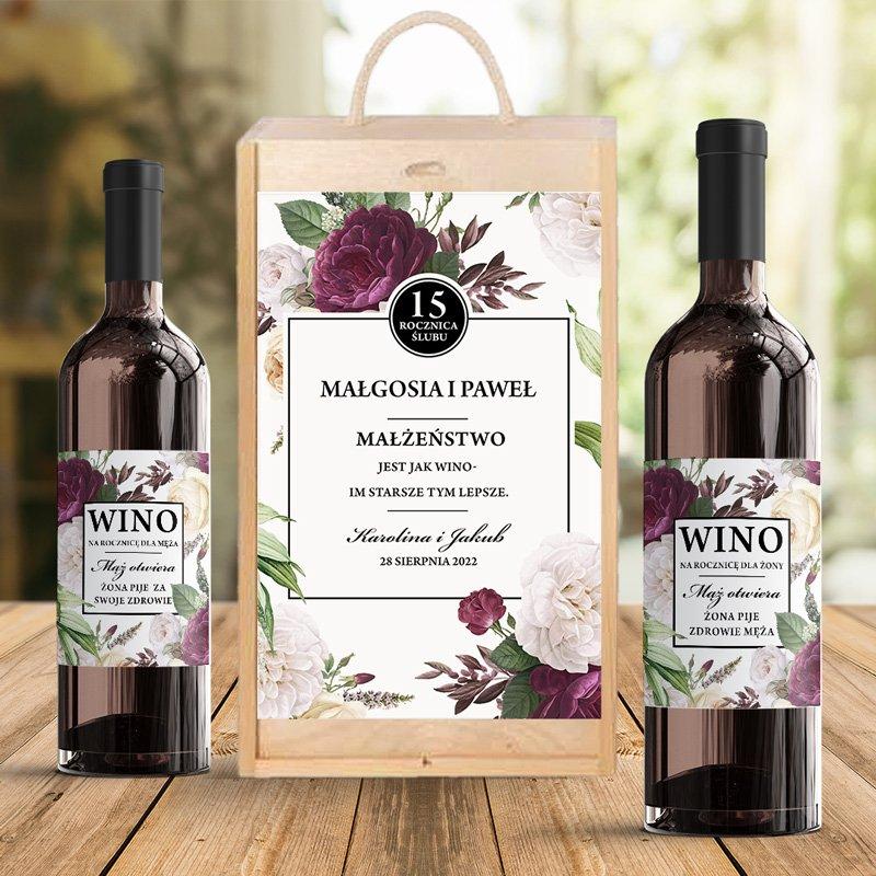 Drewniana skrzynia i etykiety na rocznicę ślubu na dwa wina. Personalizowana dedykacja na froncie skrzyni i zabawne napisy na etykietach.