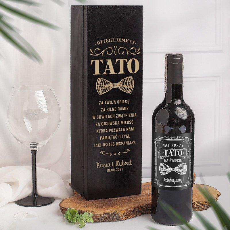 Personalizowana skrzynka na wino z grawerowaną dedykacją dla taty i etykieta na wino. Podziękowanie ślubne dla taty od pary młodej.
