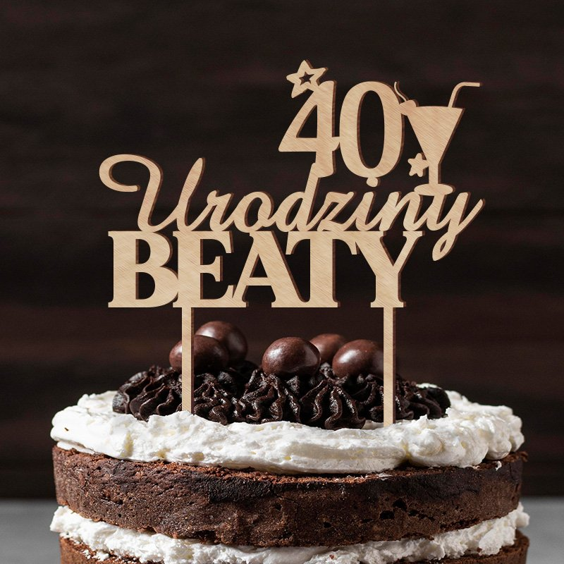Personalizowany topper na tort z imieniem i liczbą lat, drewniany na patyczkach z konturem kieliszka do martini.