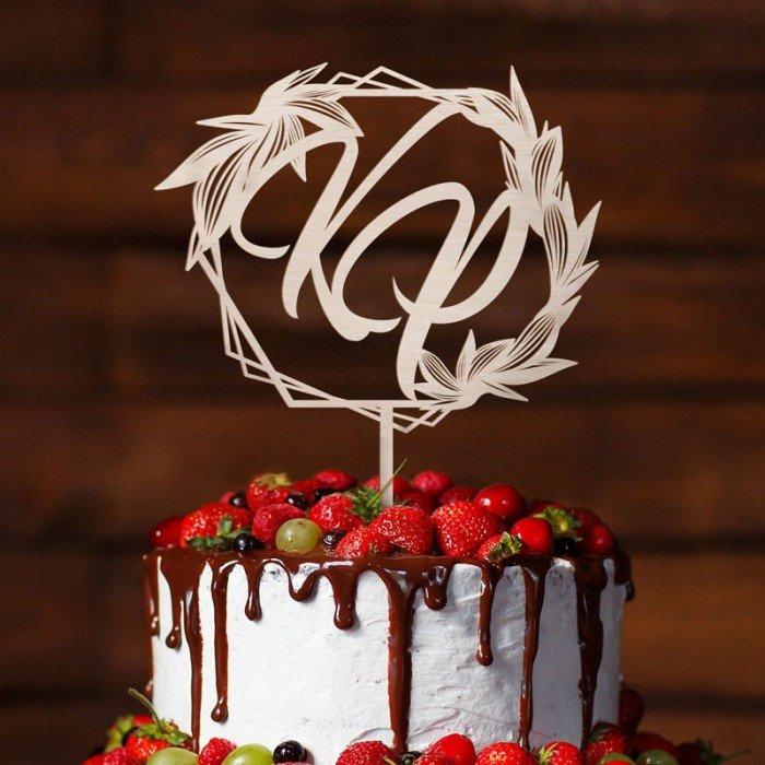Topper ślubny z inicjałami wykonany z jasnego drewna. Idealnie sprawdzi się jako dekoracja weselnego tortu.