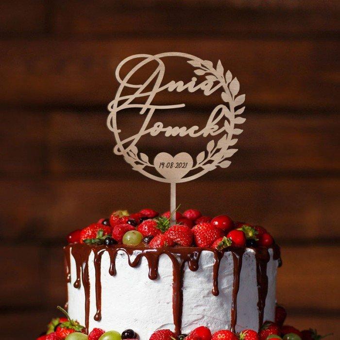 Topper dekoracyjny na tort na wesele. Kontur wykonany z jasnego drewna, z imionami Pary Młodej.