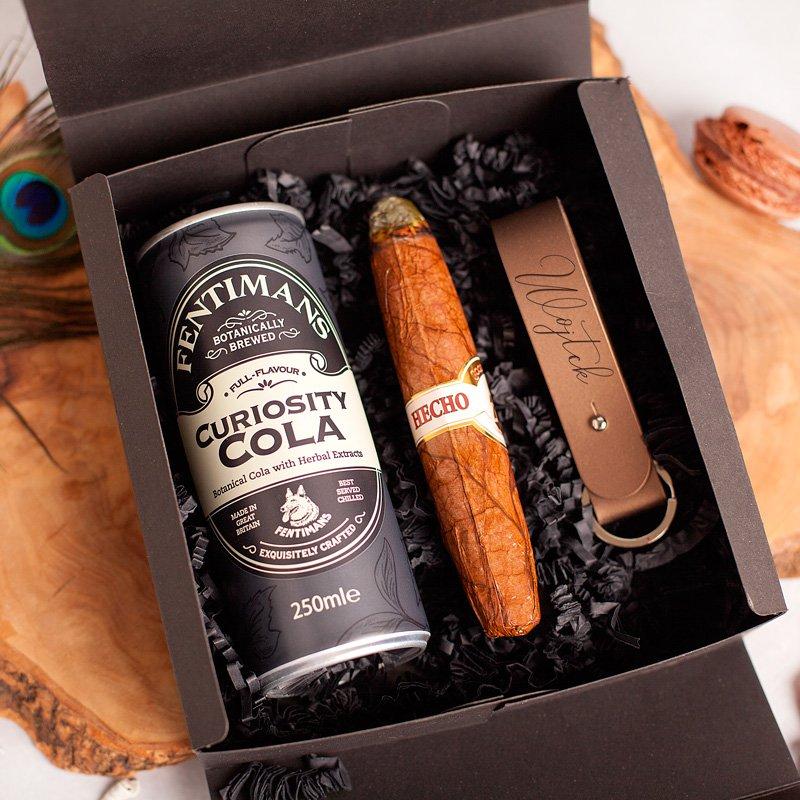 Elegancki zestaw prezentowy dla mężczyzny w pudełku. W środku znajduje się ciekawa zawartość.