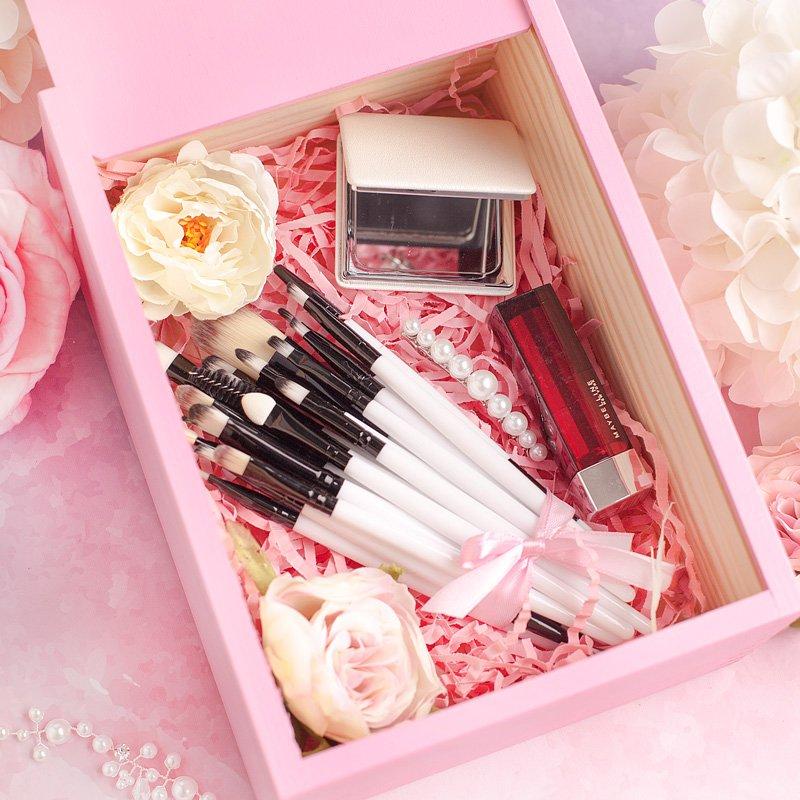 Zdjęcie w galerii - ZESTAW akcesoria do makijażu w różowej skrzynce