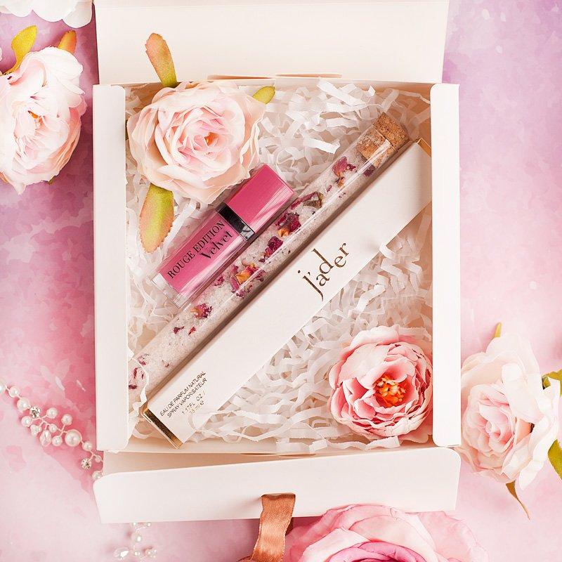 Ekskluzywny prezent dla kobiety w pudełku. Wewnątrz znajduje się sól do kąpieli, perfumetka, pomadka.