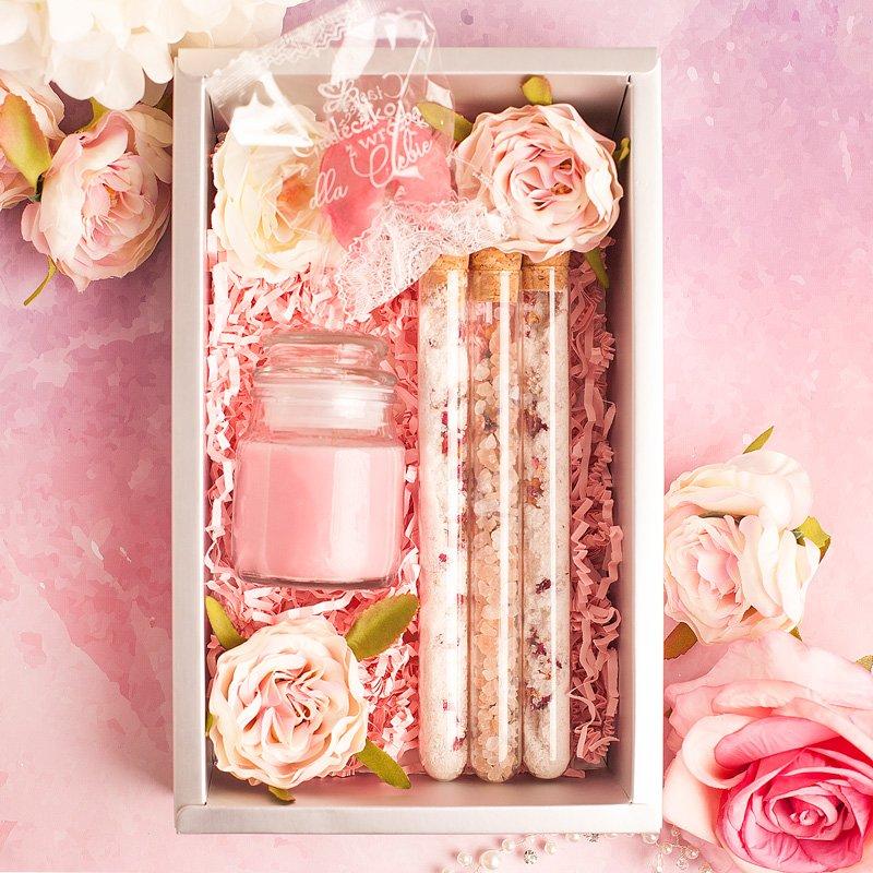 Upominek z zapachowym wypełnieniem dla niej w ozdobnym pudełku. Zapachowa finezja dla kobiety.