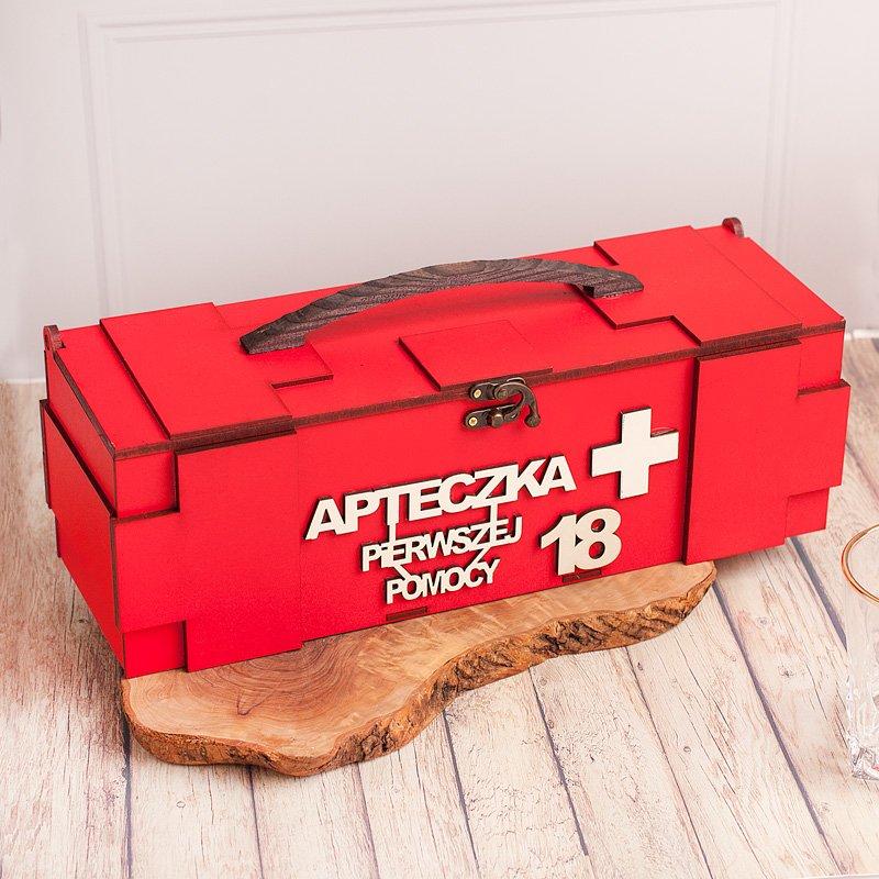 Skrzynia na alkohol na osiemnastkę w czerwonym kolorze. Na skrzyni widnieje napis Apteczka pierwszej pomocy.