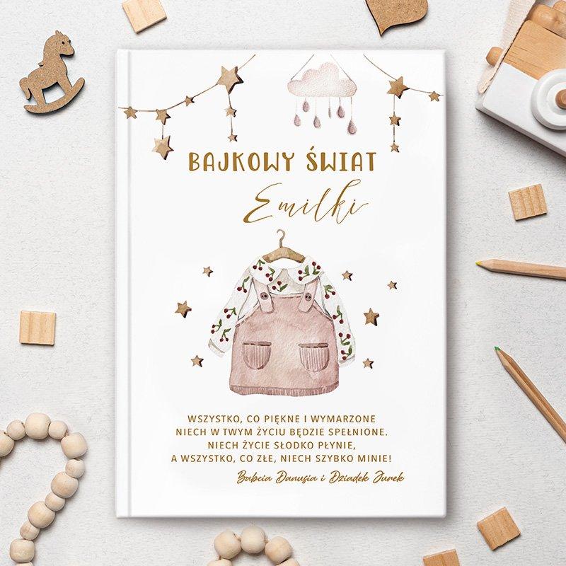 Książka z bajkami dla dziewczynki posiada personalizowaną okładkę oraz grafikę w stylu boho. Wyjątkowy prezent dla dziecka na wiele okazji.