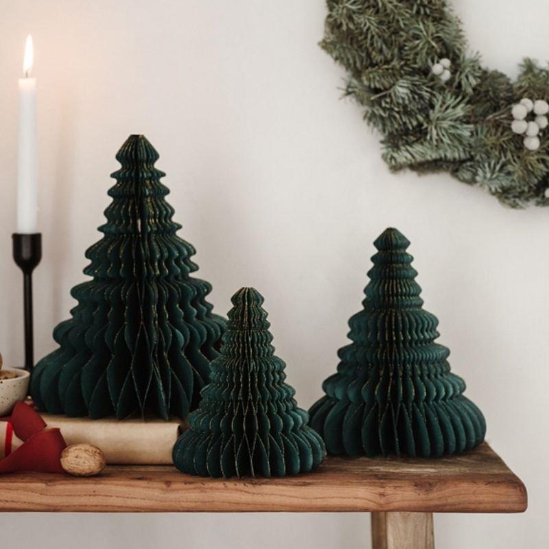 Papierowa dekoracja świąteczna w postaci choinki. Bombka jest w kolorze butelkowej zieleni.