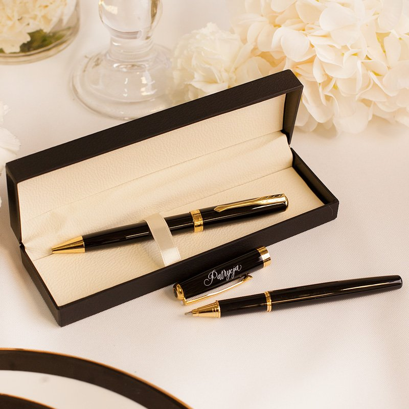 Zestaw długopisów w czarnym etui z grawerem na zatyczce jednego z długopisów.